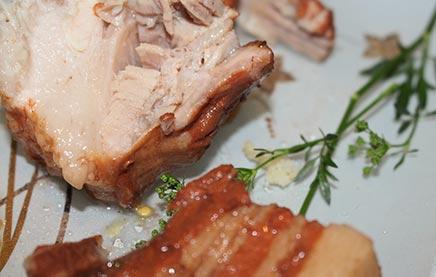 Сочная свиная грудинка в луковой шелухе