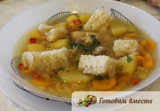 Разливаем суп по тарелкам и подаём на стол