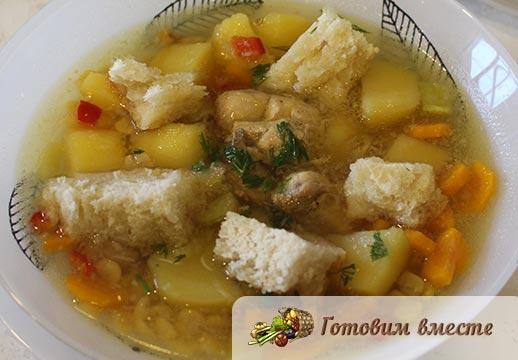 Вкусный гороховый суп с жареной курицей готов