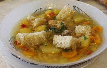Суп гороховый с жареной курицей